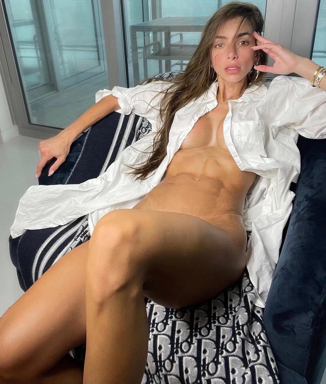 Аньела Сагра без трусиков и бюстгальтера