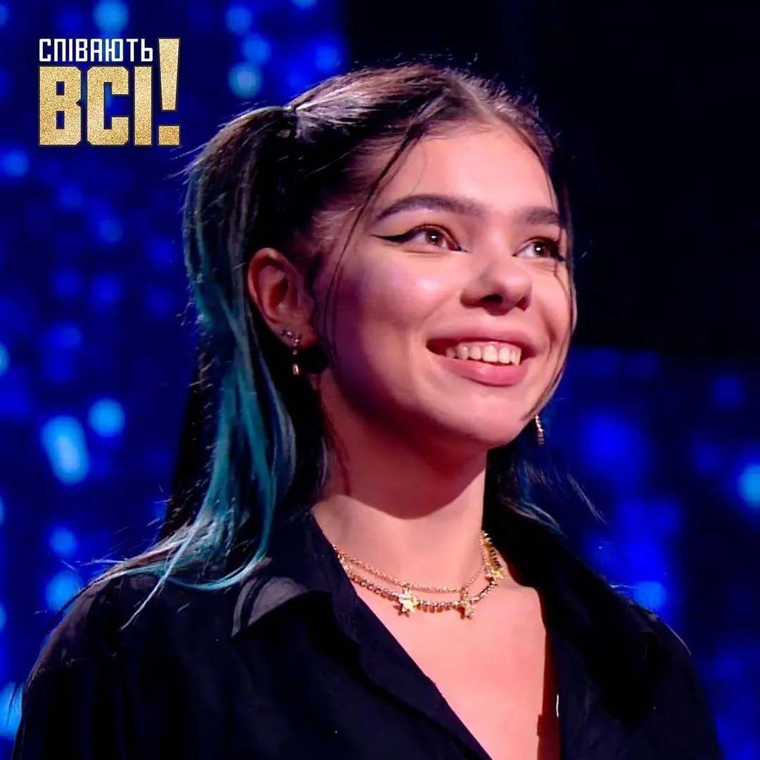18-летняя Карина на сцене шоу