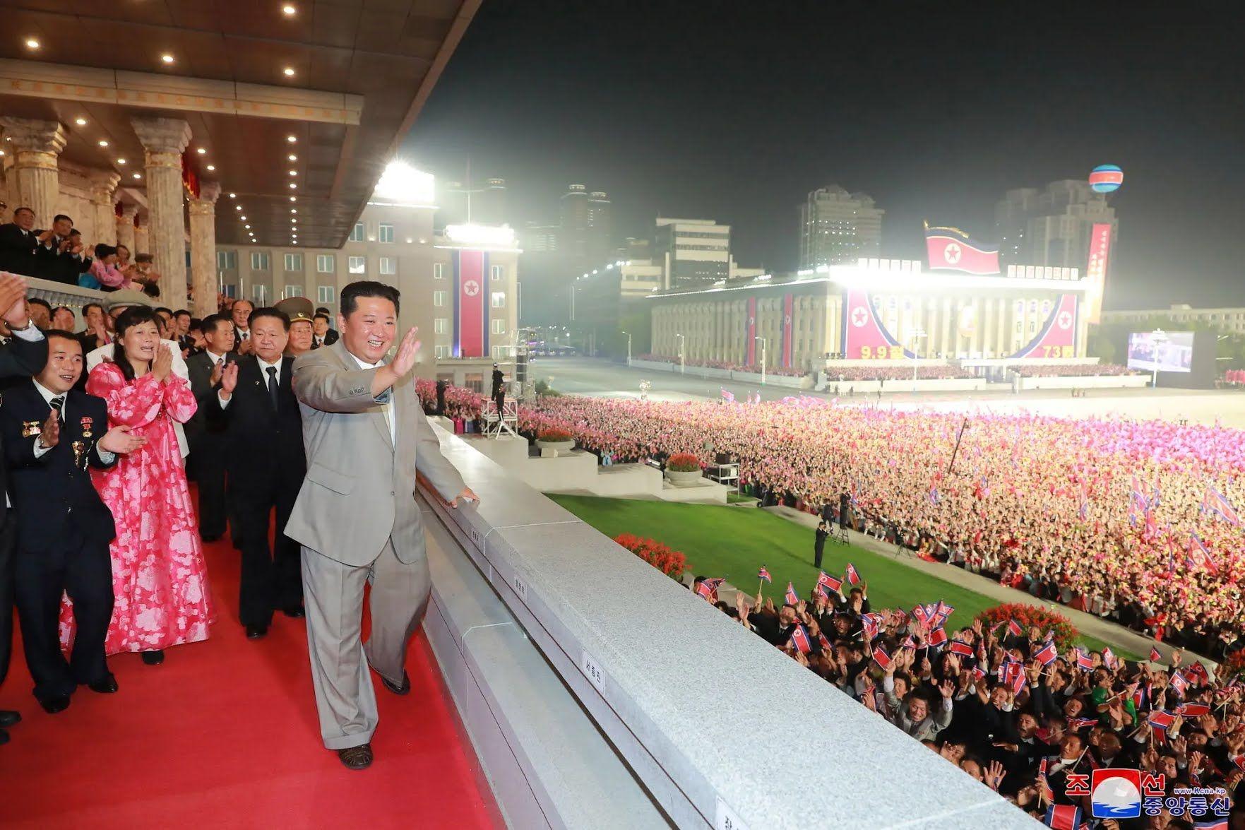Ким Чен Ын на военном параде.