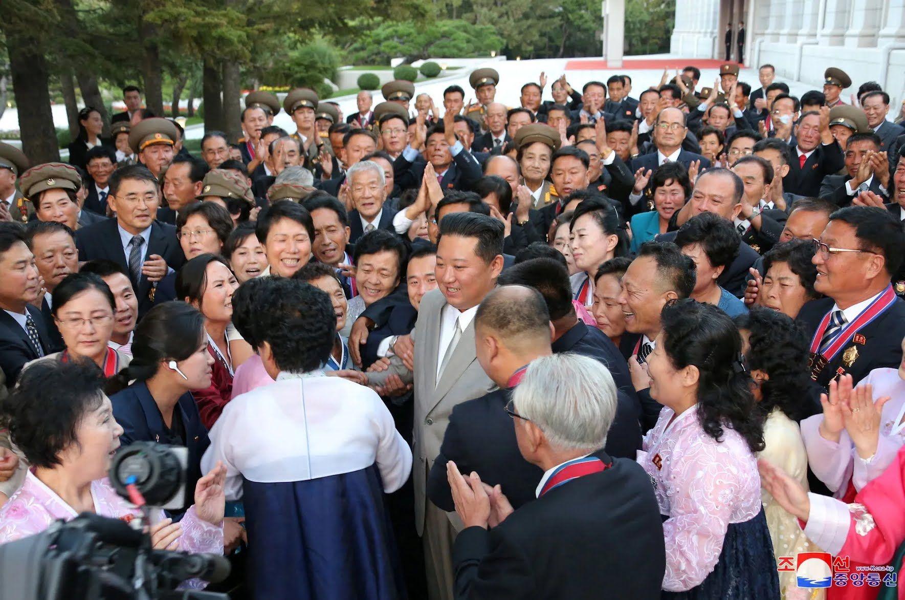 """Северокорейский лидер также """"помолодел""""."""