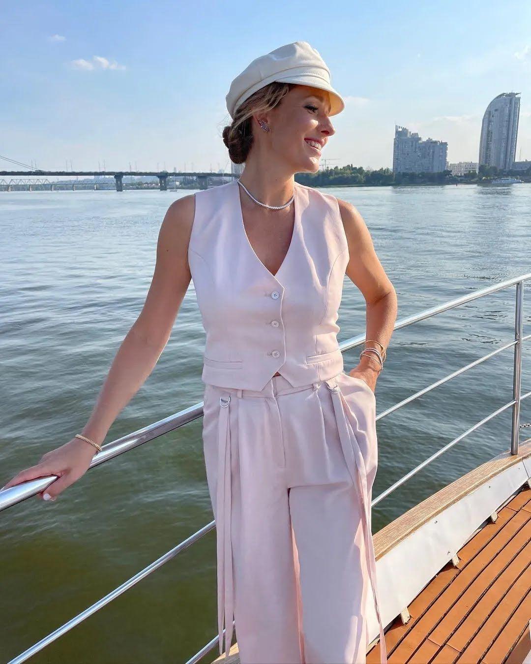 Катерина Осадча на яхті в світлому образі.
