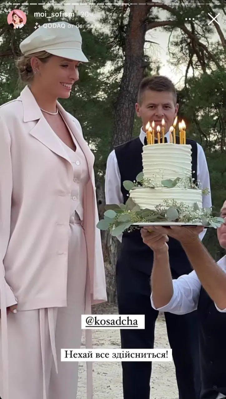 Катерина Осадча задуває свічки на торті.
