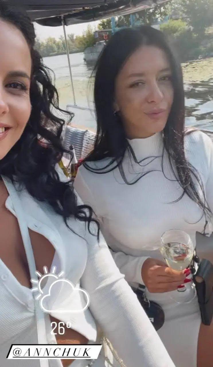 Настя Каменських і Анна Андрійчук на яхті.