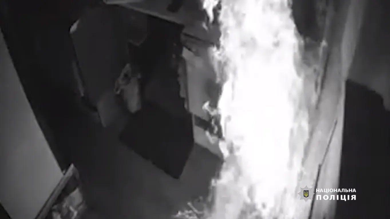 Кадри пожежі на записі з камери спостереження