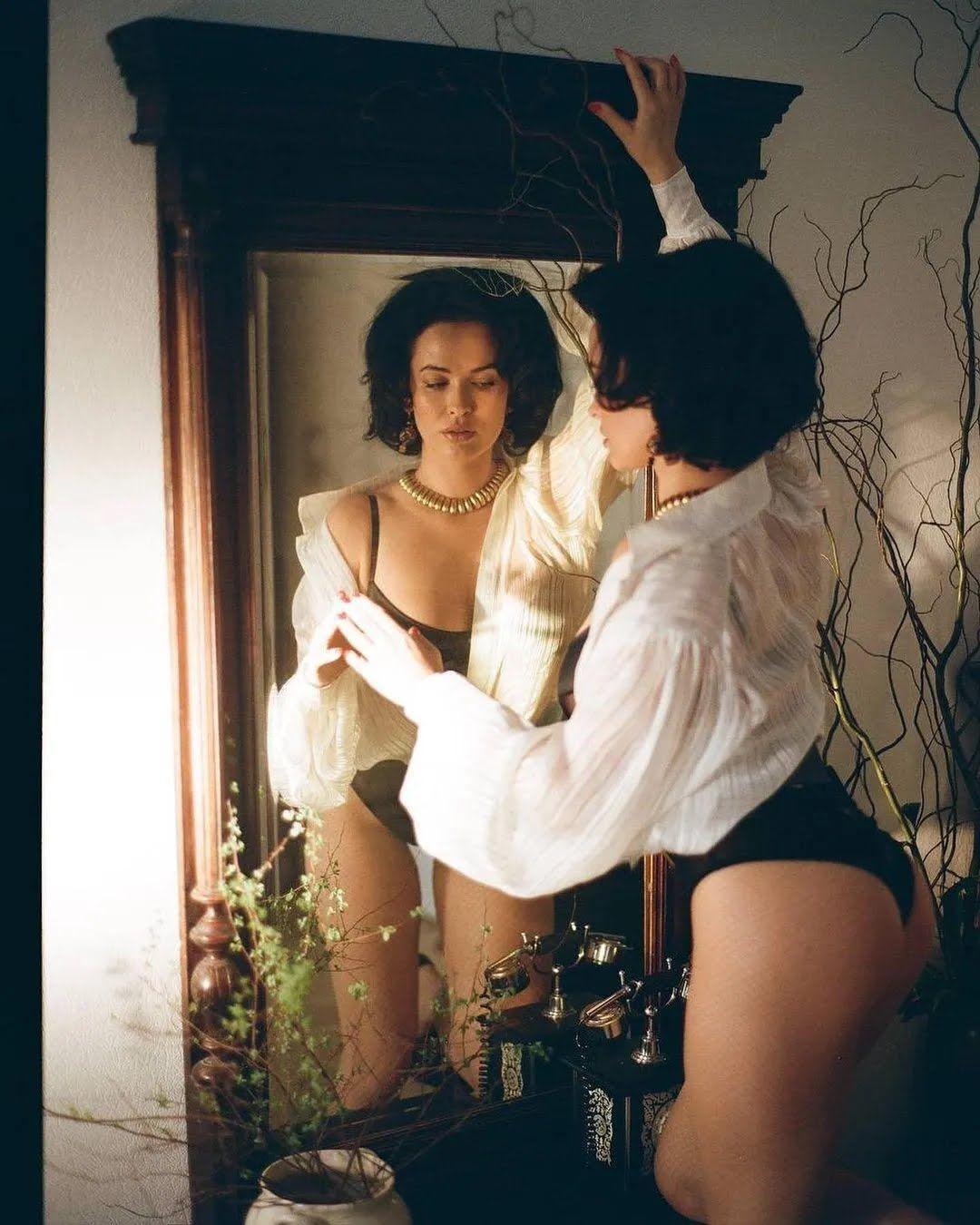 Даша Астаф'єва в боді і прозорій блузці.