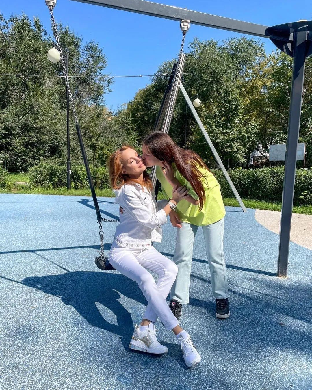 МакSим з донькою на гойдалці.