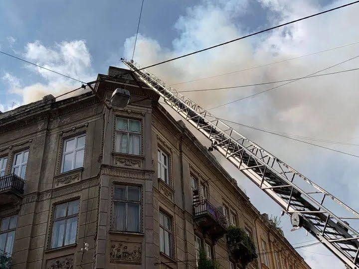 Загорівся останній поверх будівлі