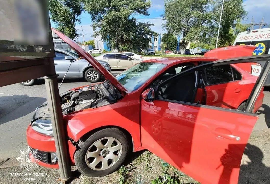 Машина протаранила рекламний щит.