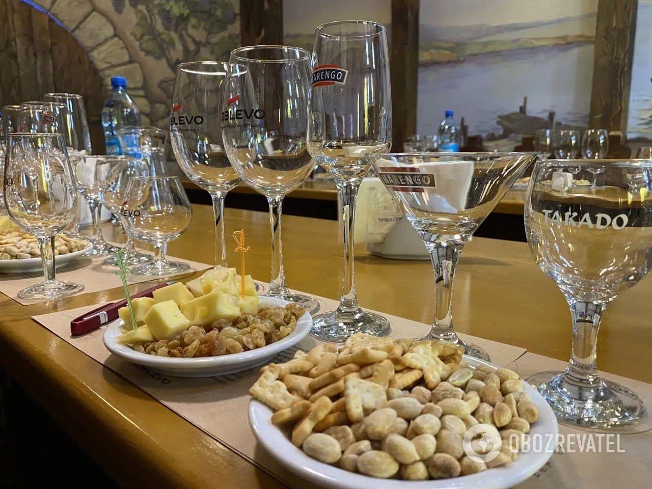 На виноробні вам запропонують продегустувати білі, червоні та рожеві вина восьми різних сортів