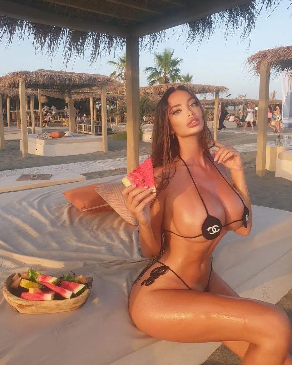 Сорая Вучелич на пляже