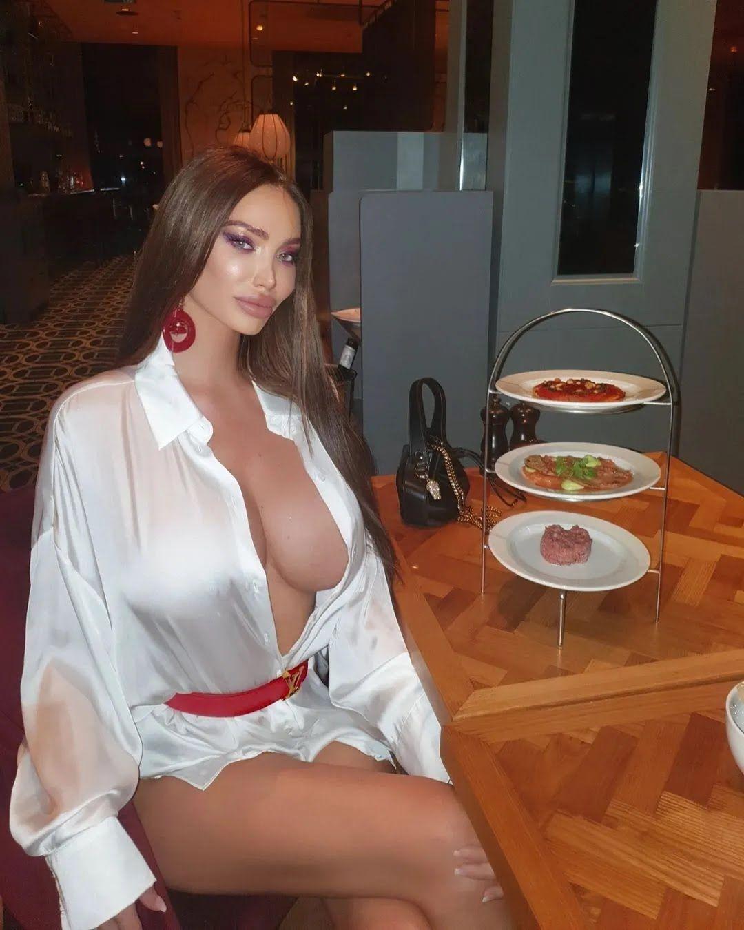 Сорая Вучелич в кафе