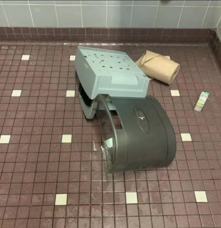 Розгромлений туалет