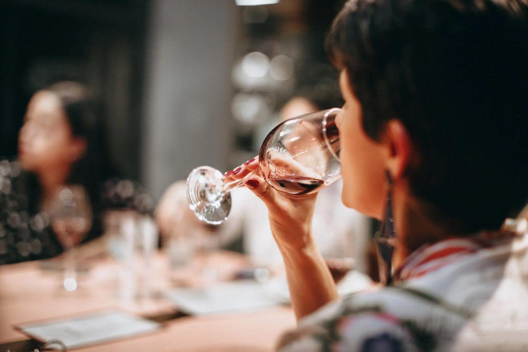 Як правильно тримати келих з вином