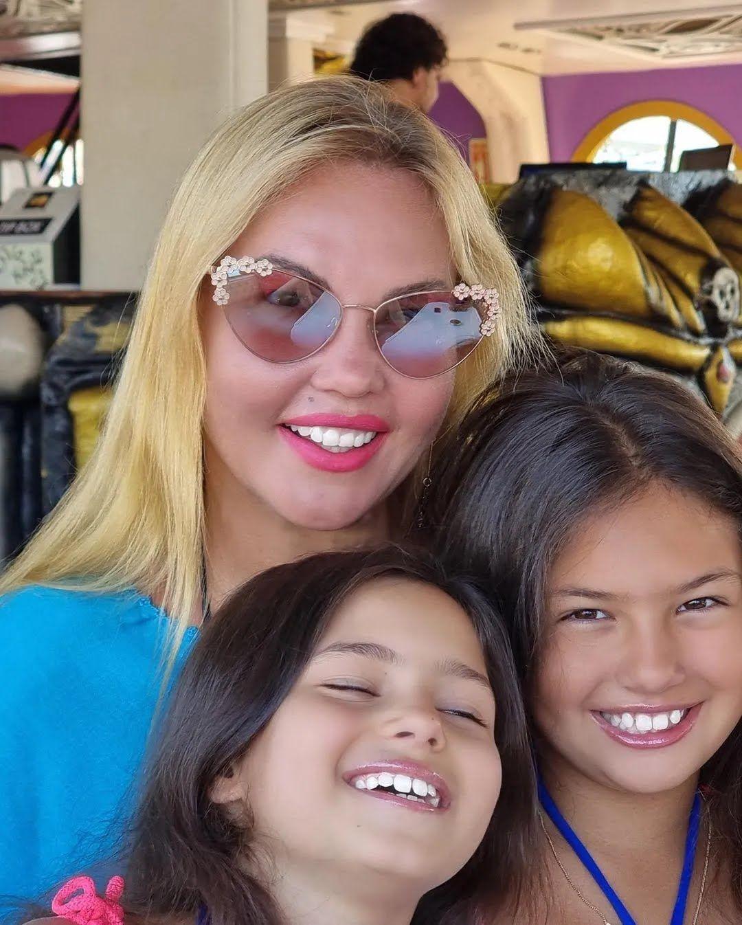 Камилия со своими дочками.