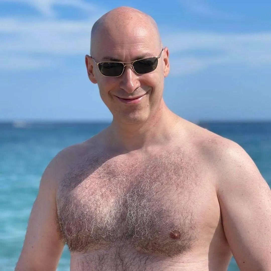 Дмитрий Гордон в стильных очках и с голым торсом