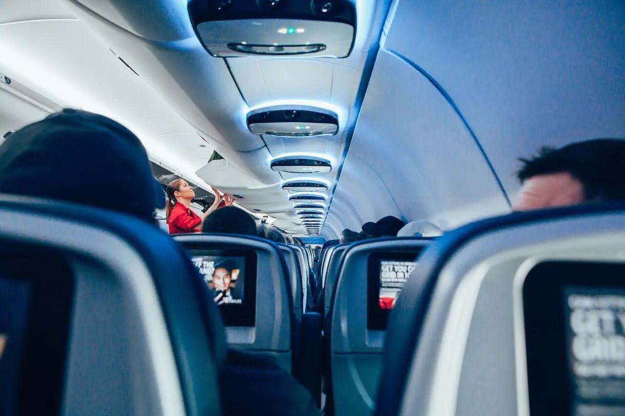 Пассажирам запрещено снимать работников самолета.