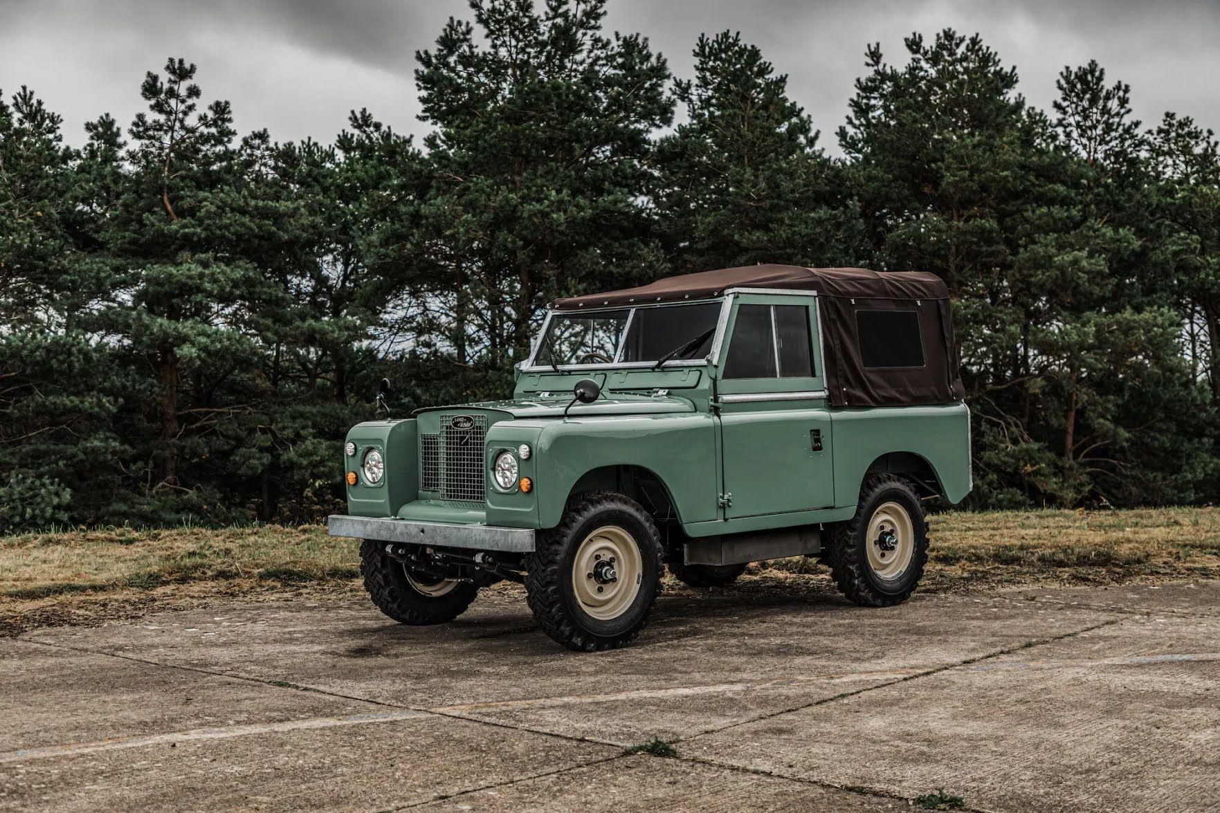 Вместо бензинового мотора Land Rover IIА Series получил электродвигатель мощностью 150 л.с.