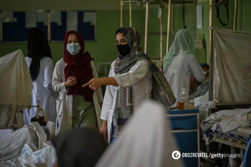 Женщины работают в больницах в Кабуле