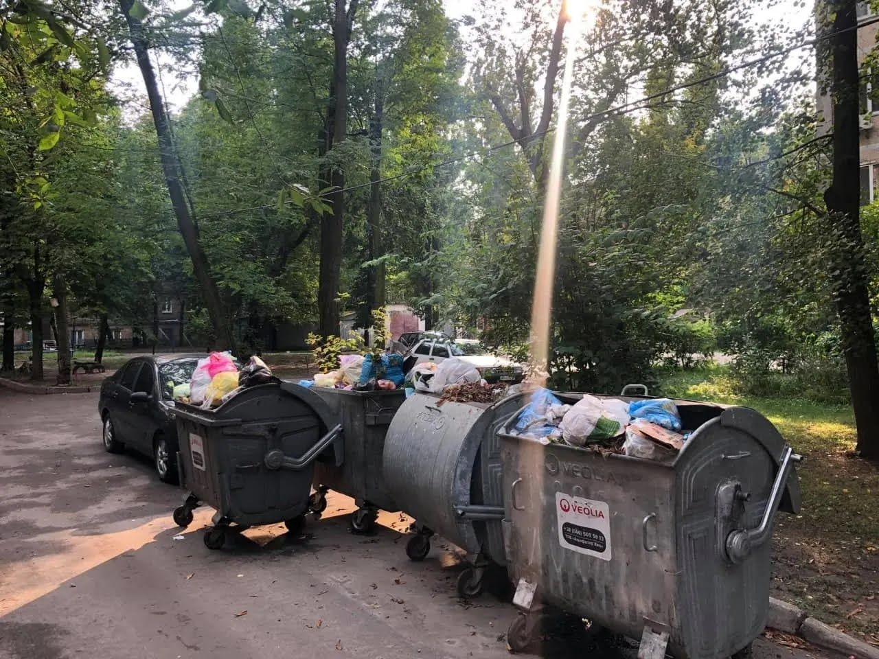 Легковушка стояла вплотную к мусорным бакам.