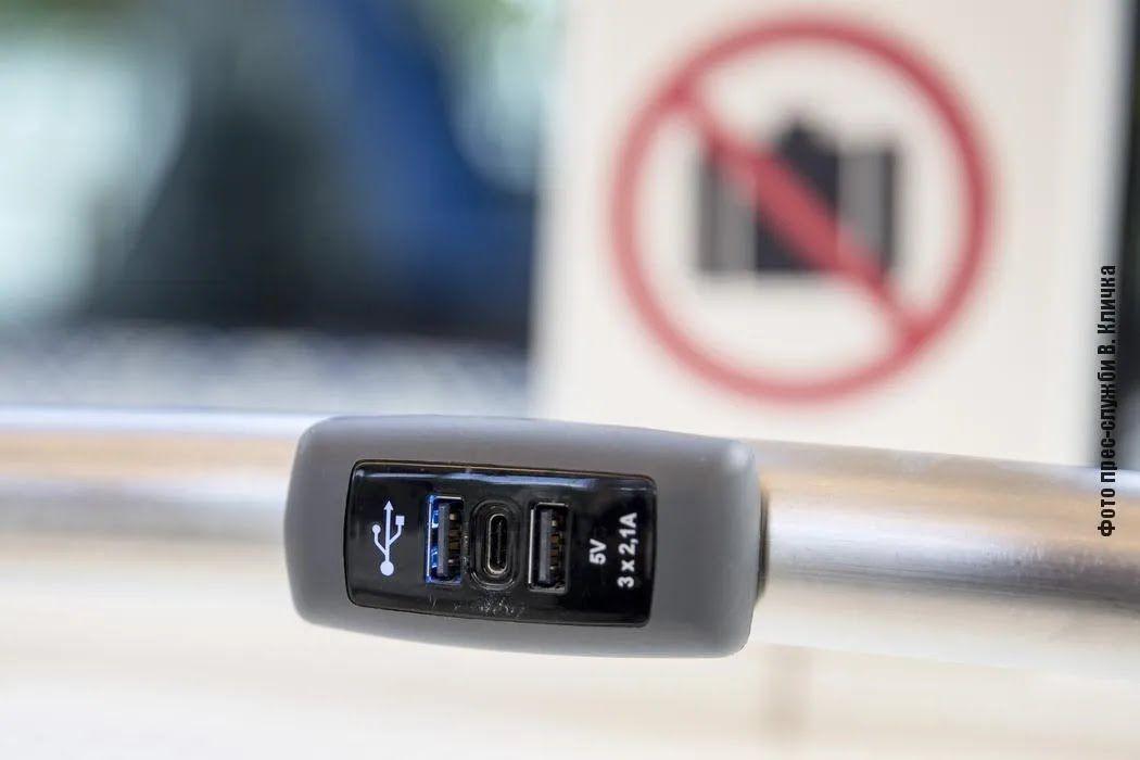 В салоне спереди и сзади установлены видеокамеры для фиксации дорожного движения и салона внутри.