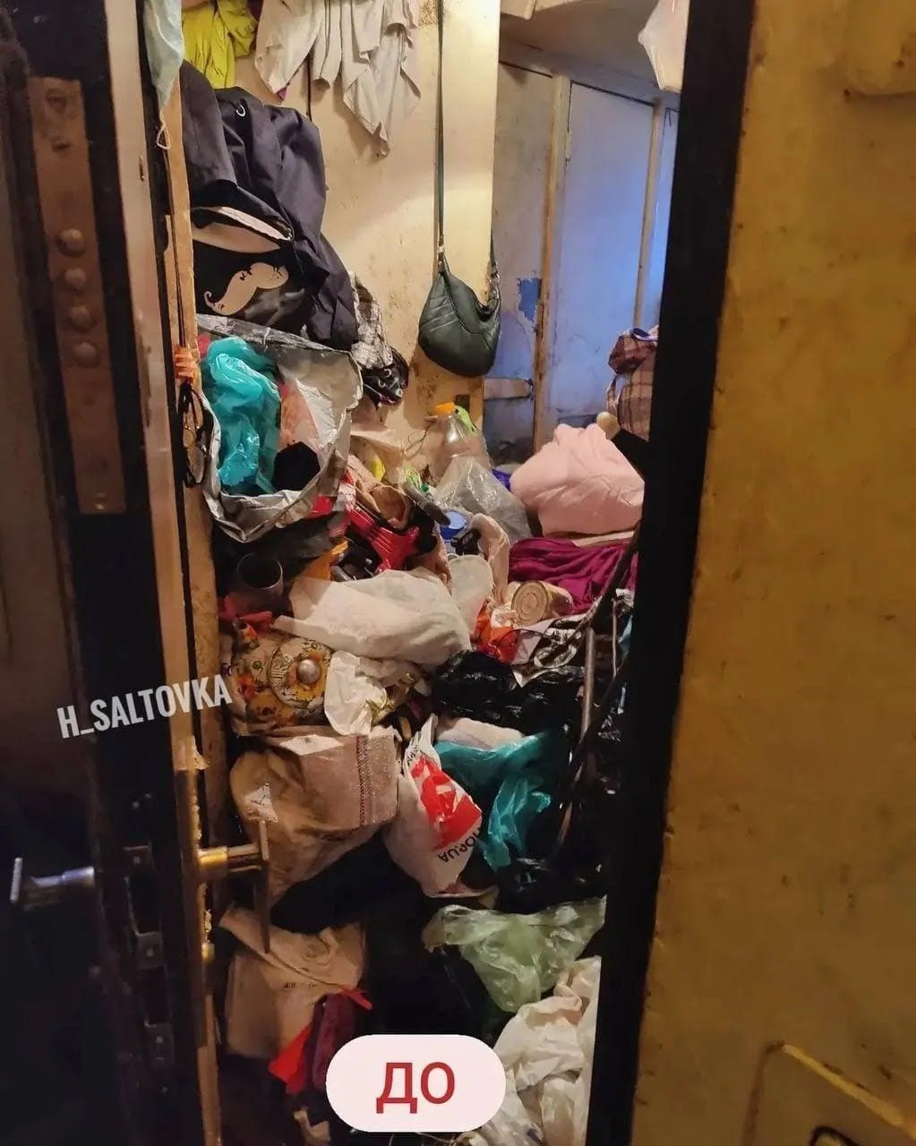 Женщина несла в квартиру мусор с улицы