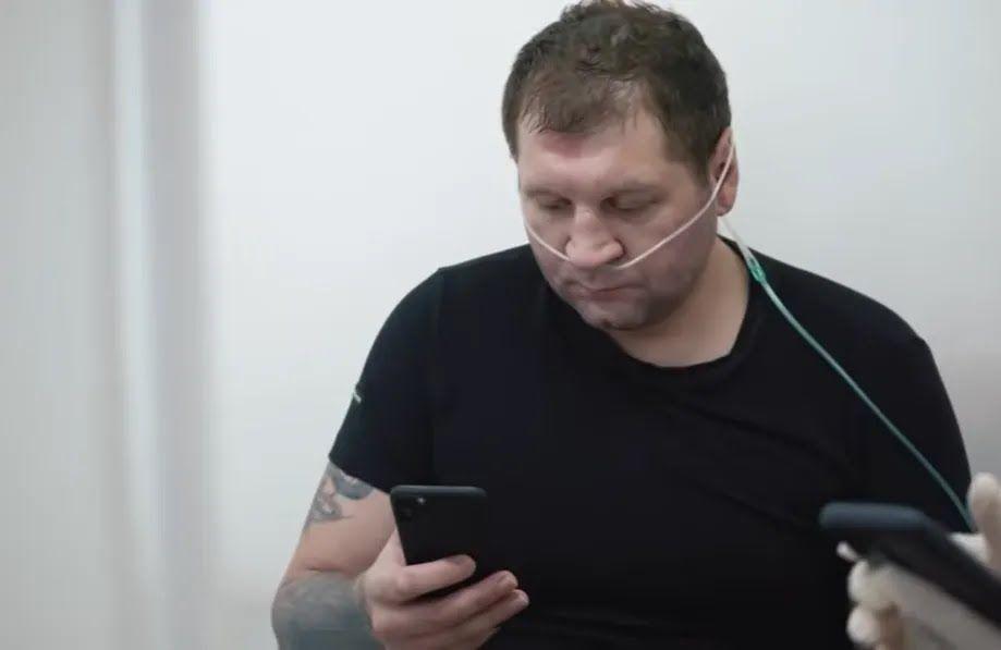 Емельяненко с телефоном в руках