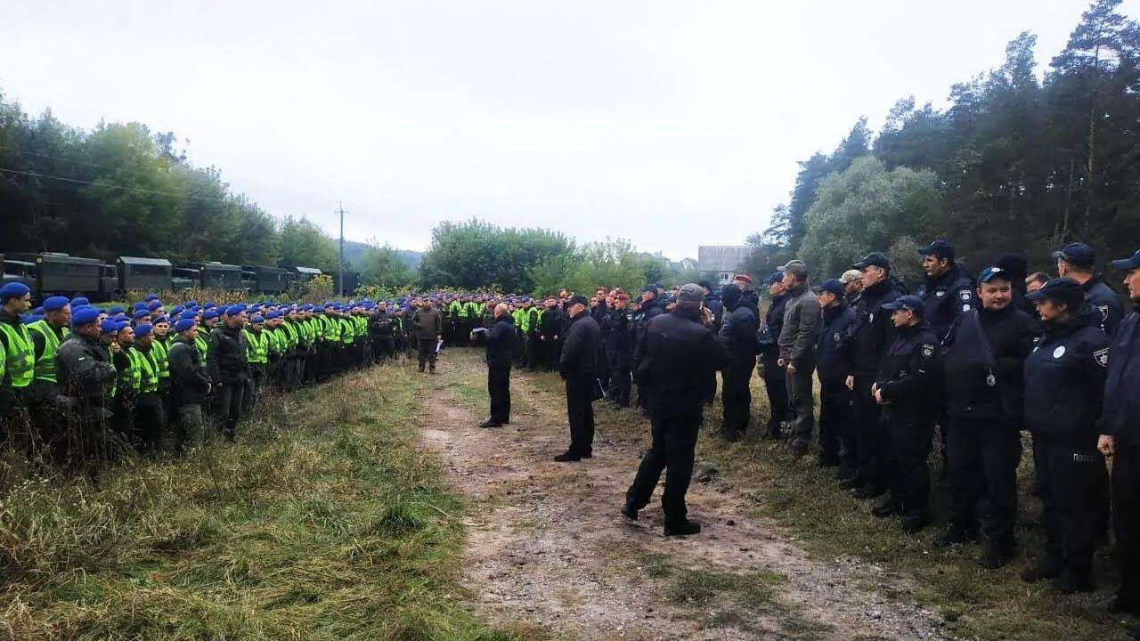 Место покушения обследует множество полицейских и нацгвердейцев.