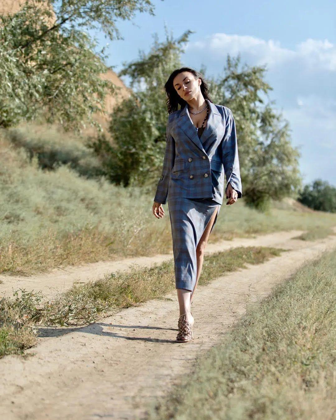 Надія Мейхер в синьому костюмі.