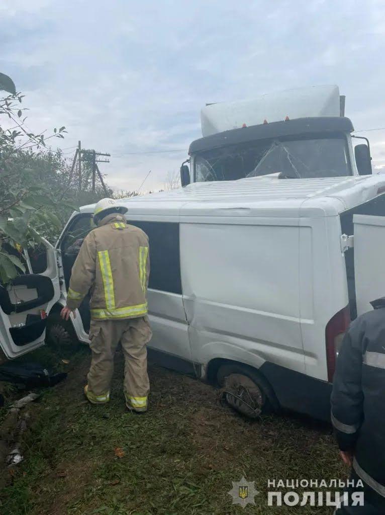 Микроавтобус и грузовик столкнулись