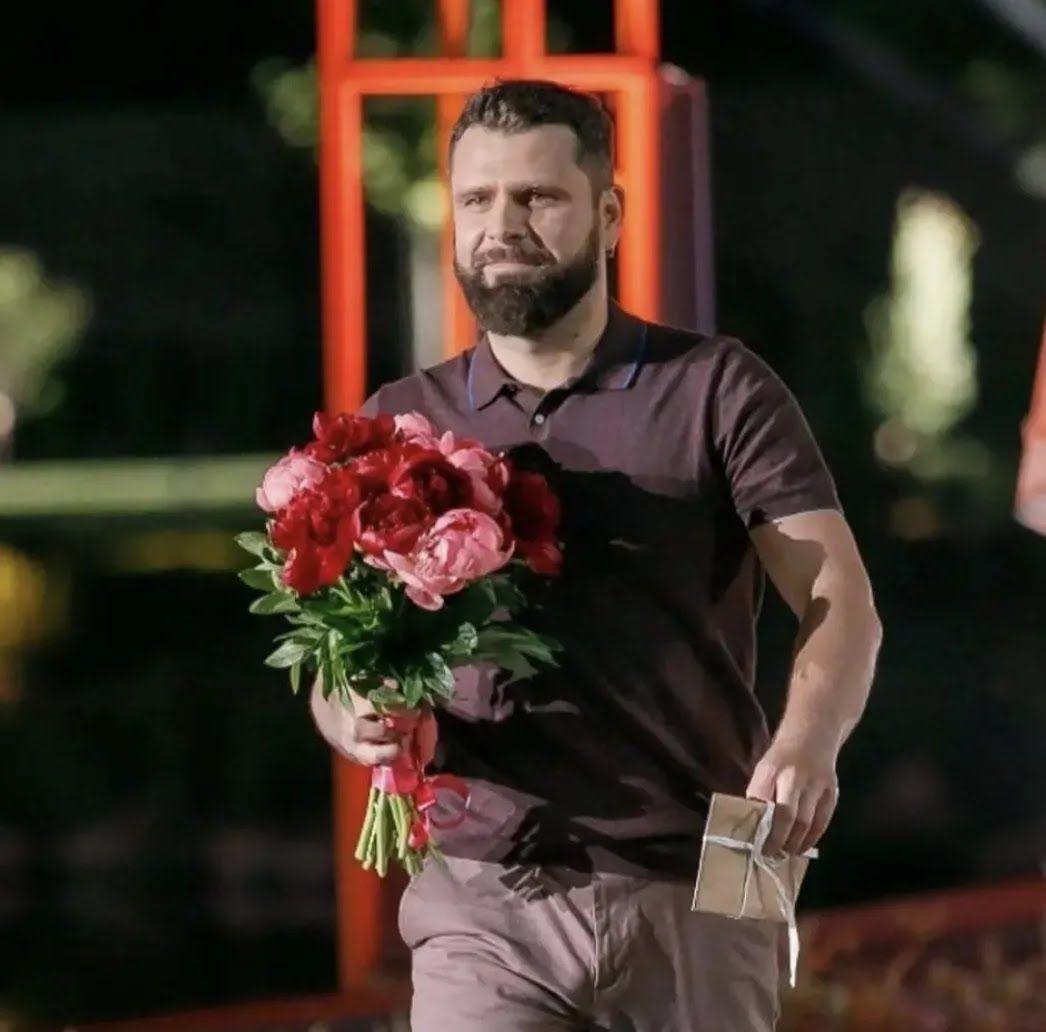Ігор дарує квіти Златі