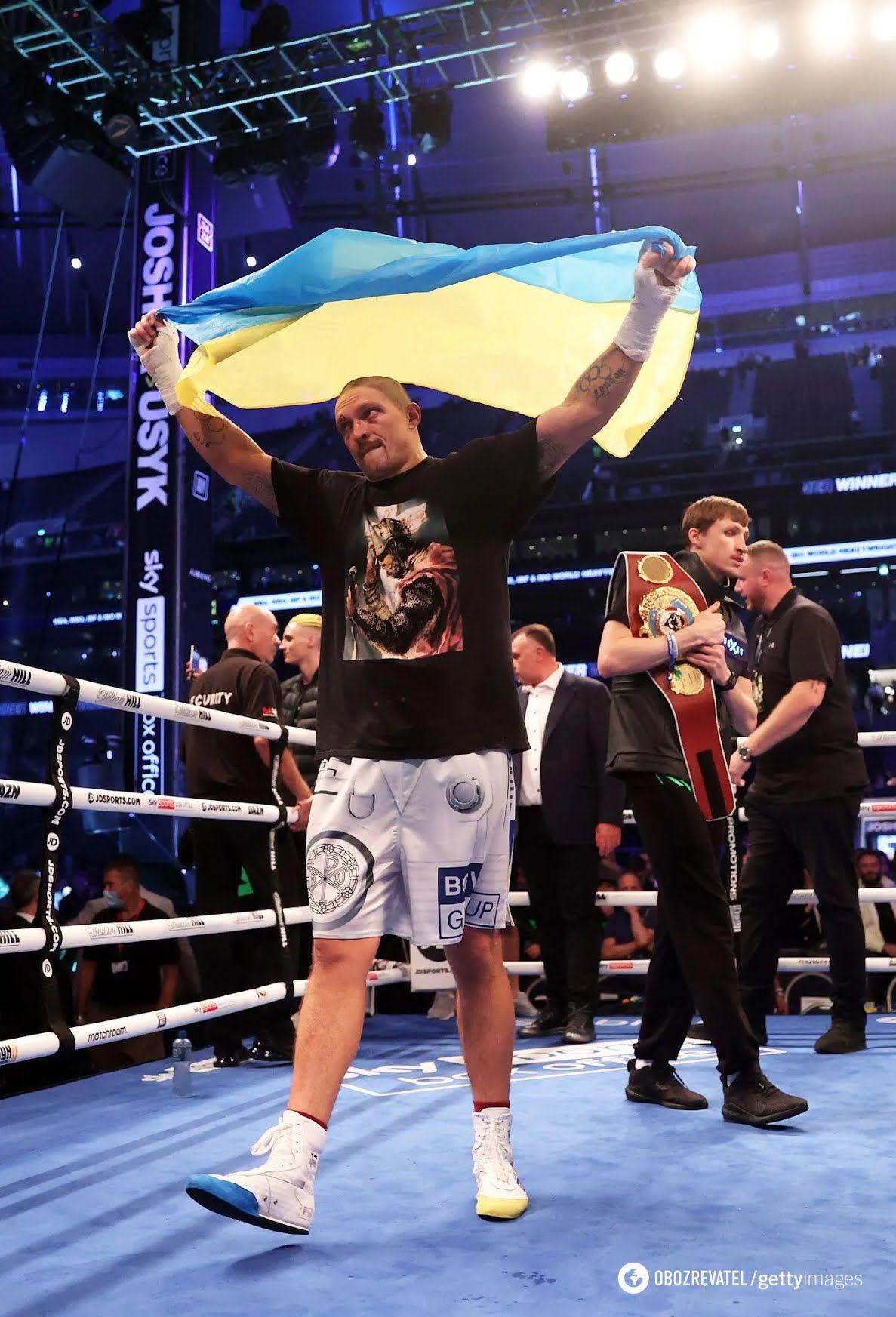 Усик с флагом Украины