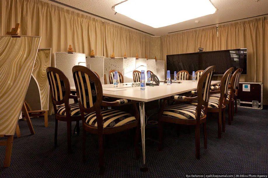 """Переговорная """"12 стульев"""", офис Google в Москве"""