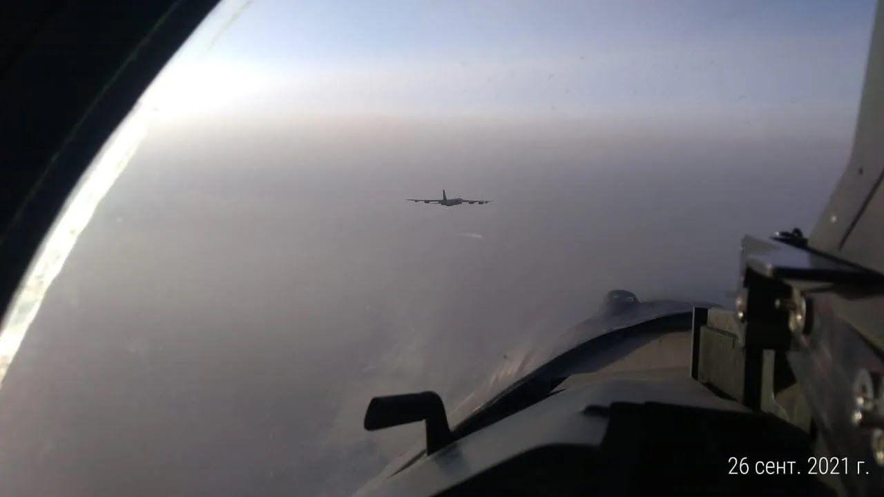 Три російські Су-35С супроводили над Тихим океаном американський бомбардувальник