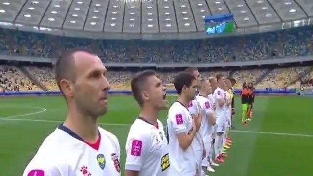 Верес виконує гімн України