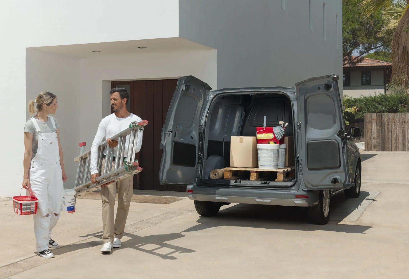 Объем багажного отделения грузовой версии достигает 3,9 м3, а грузоподъемность достигает 800 кг