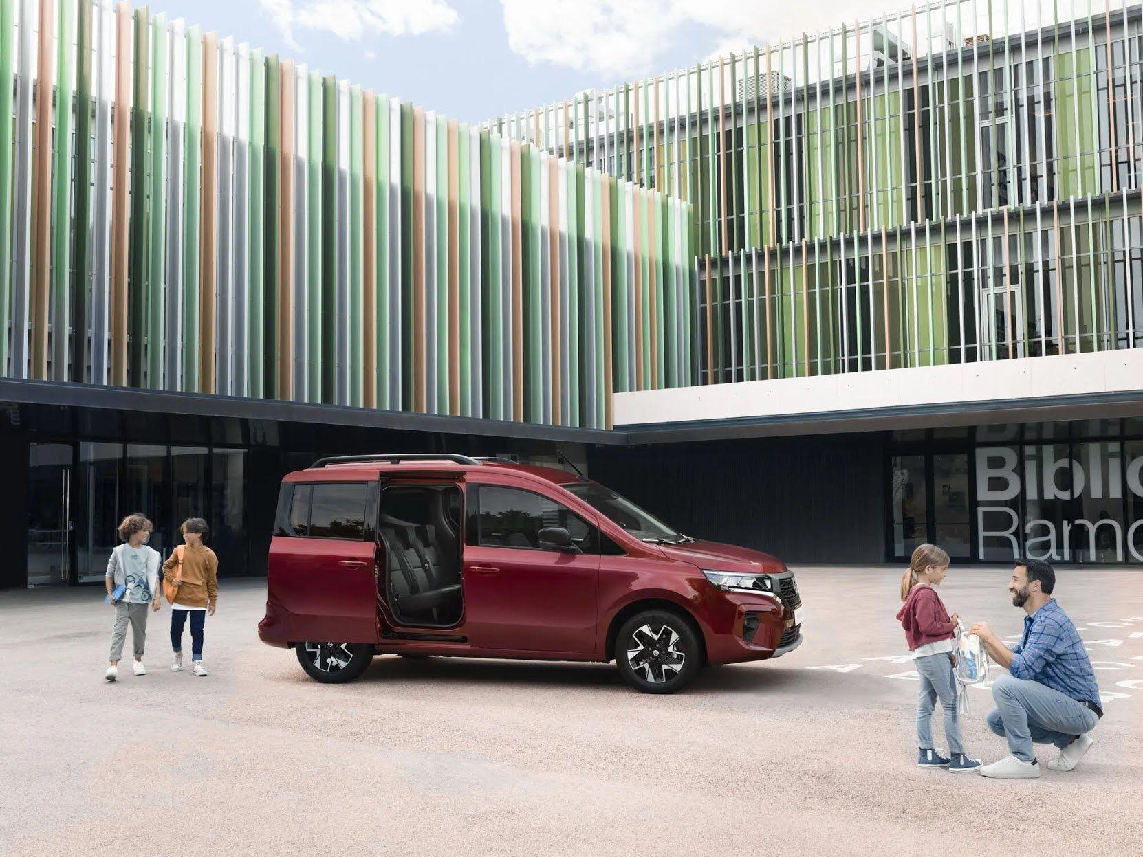 В пассажирском исполнении автомобиль имеет просторный 5-местный салон с трехместным диваном на втором ряду