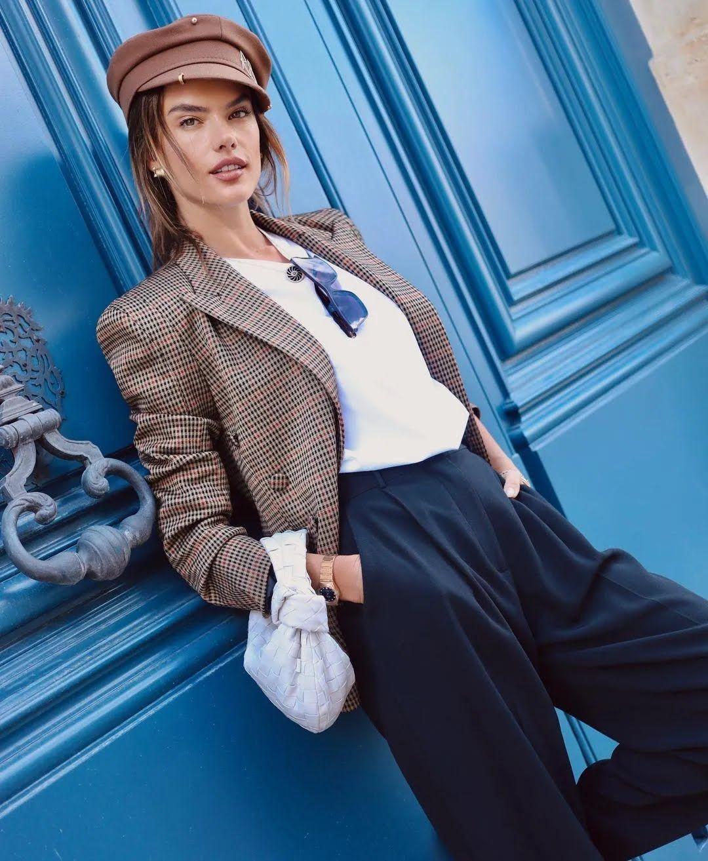 Алессандра Амбросіо знялася на вулиці Парижа