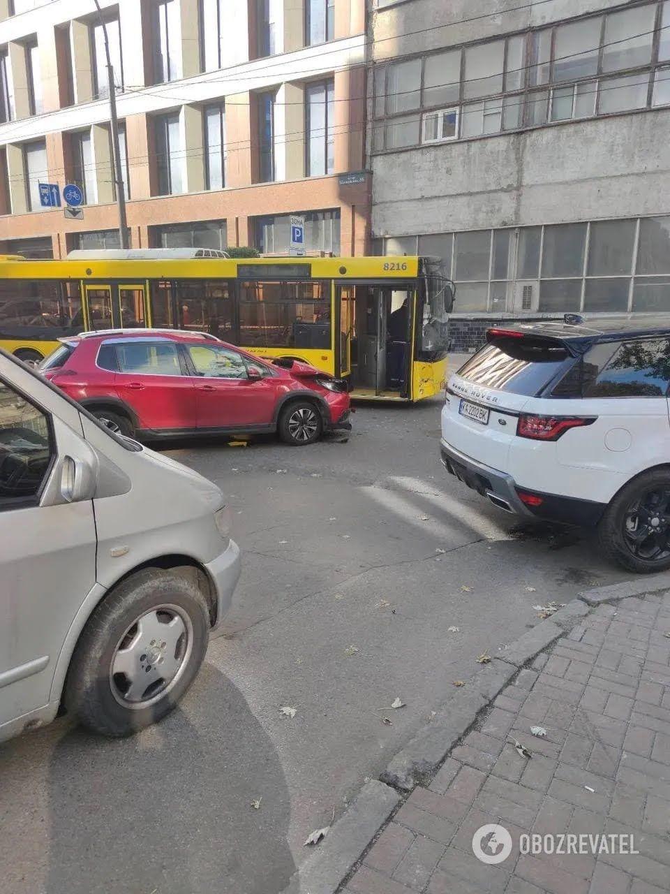 Легковик протаранив автобус, в якому їхали діти.