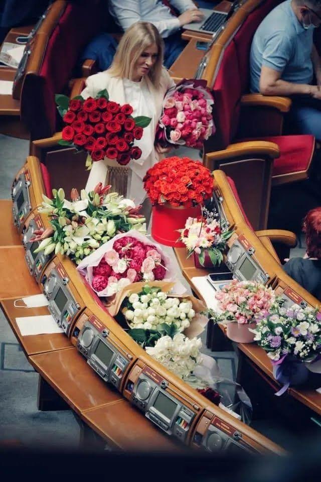 Юлию Гришину засыпали цветами в Верховной Раде.
