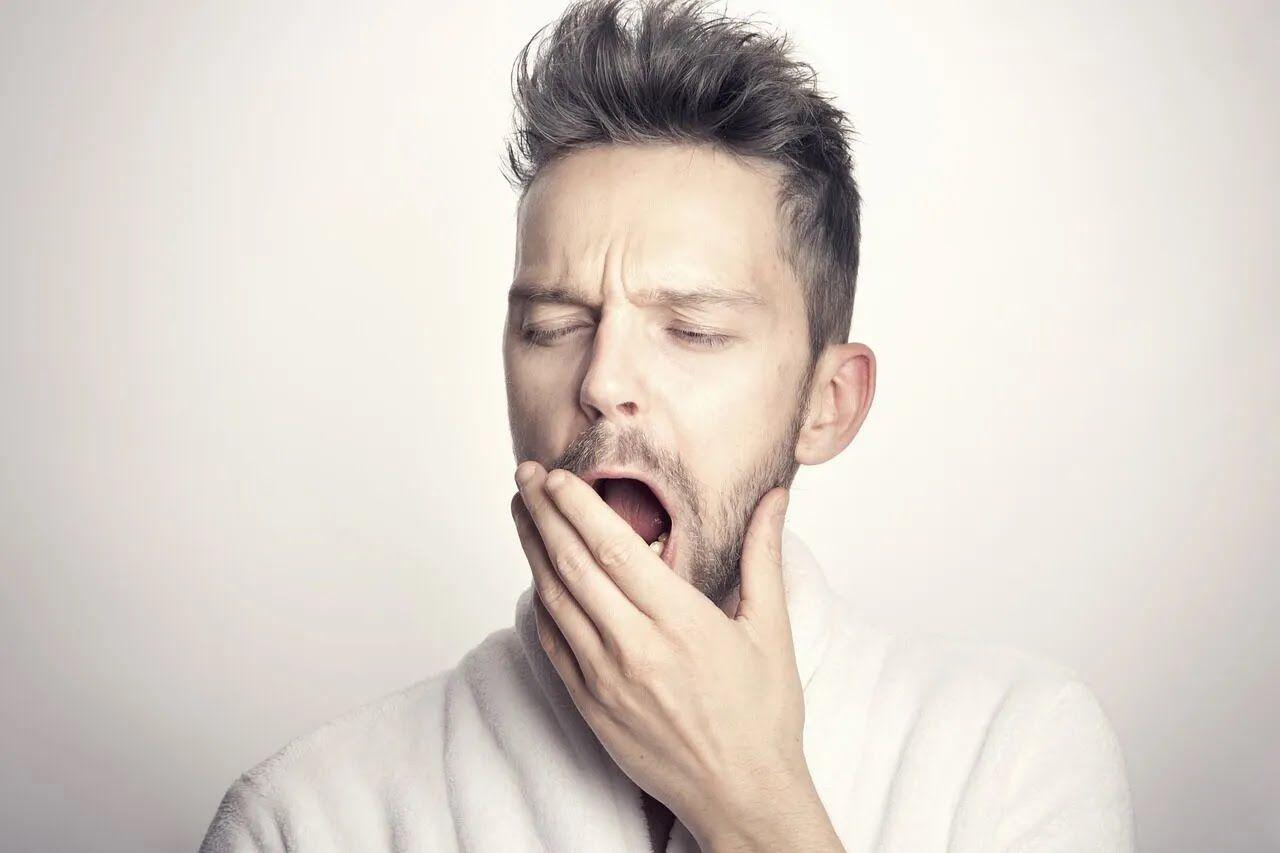 Стрес і переїдання провокують безсоння.