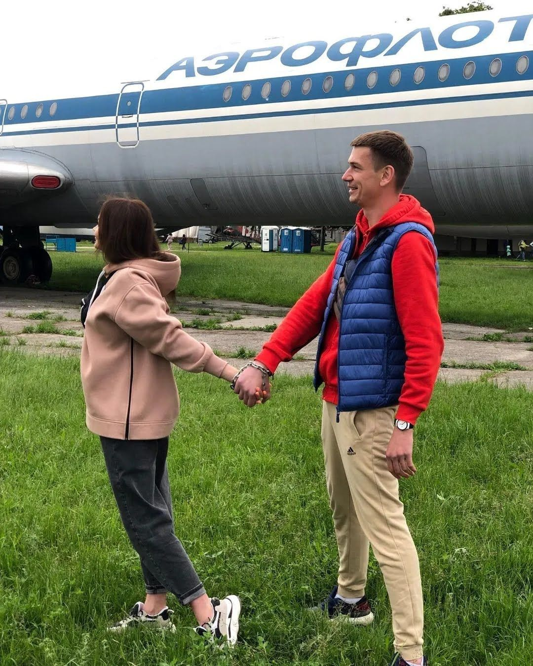Віка і Олександр біля літака