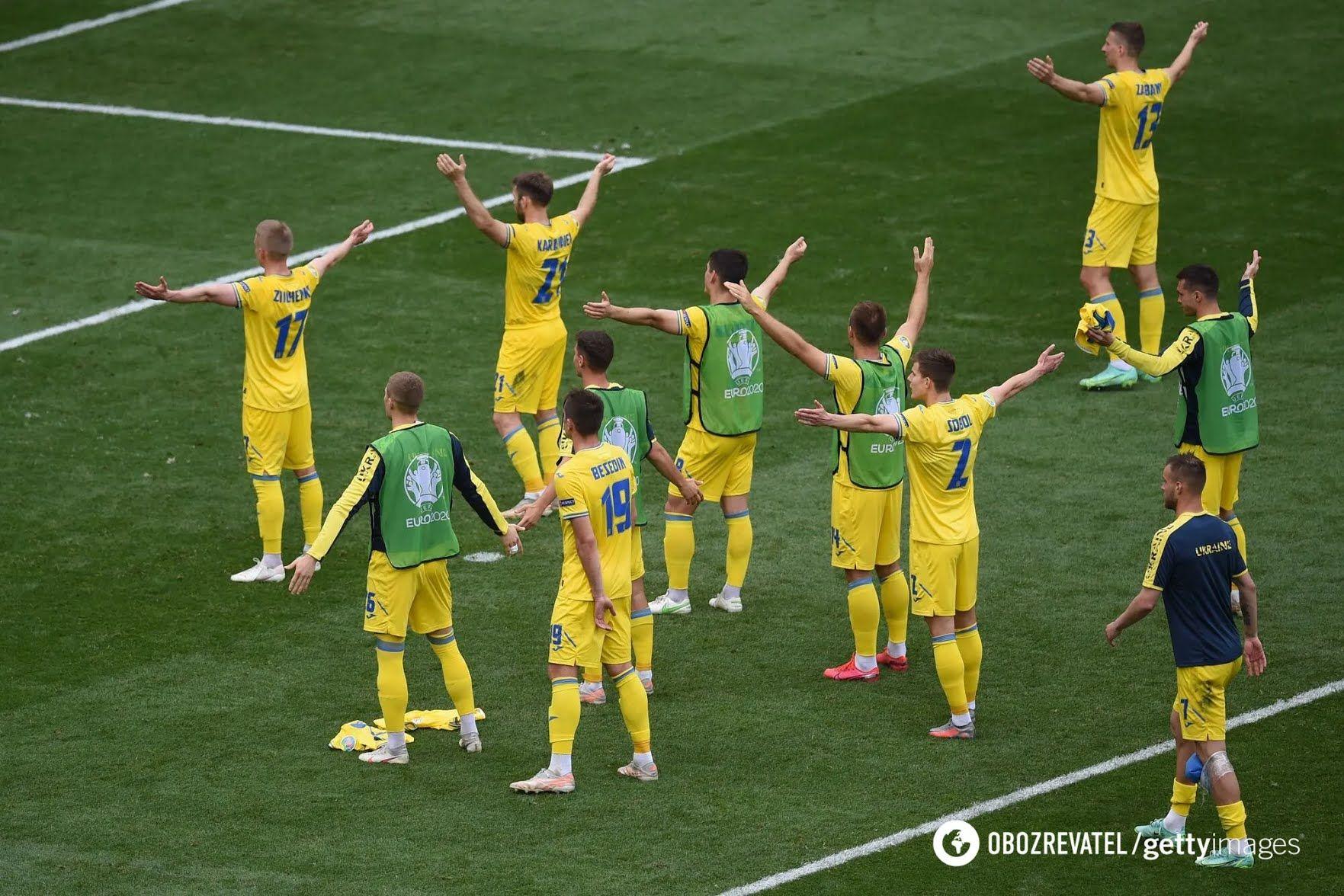 Футболісти збірної України дякують фанатам.