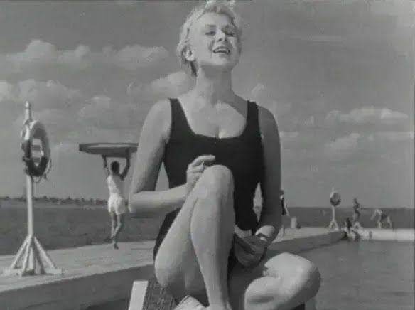 Валентина Сєрова в купальнику