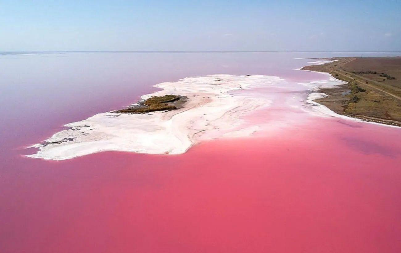 В Розовом озере невозможно утонуть и даже достать до дна