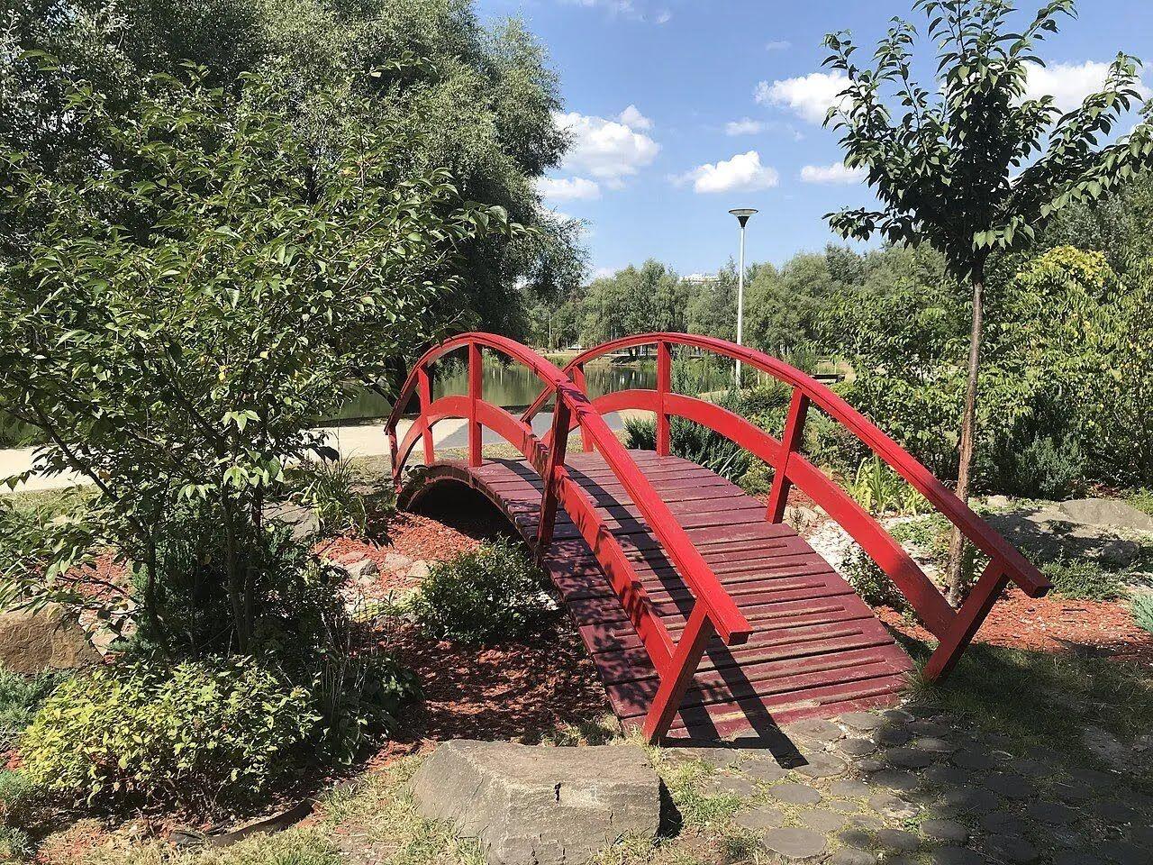 Японский мостик в парке.