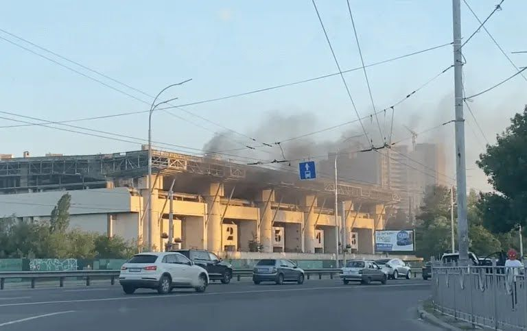 В Киеве произошел пожар на Ледовом стадионе.