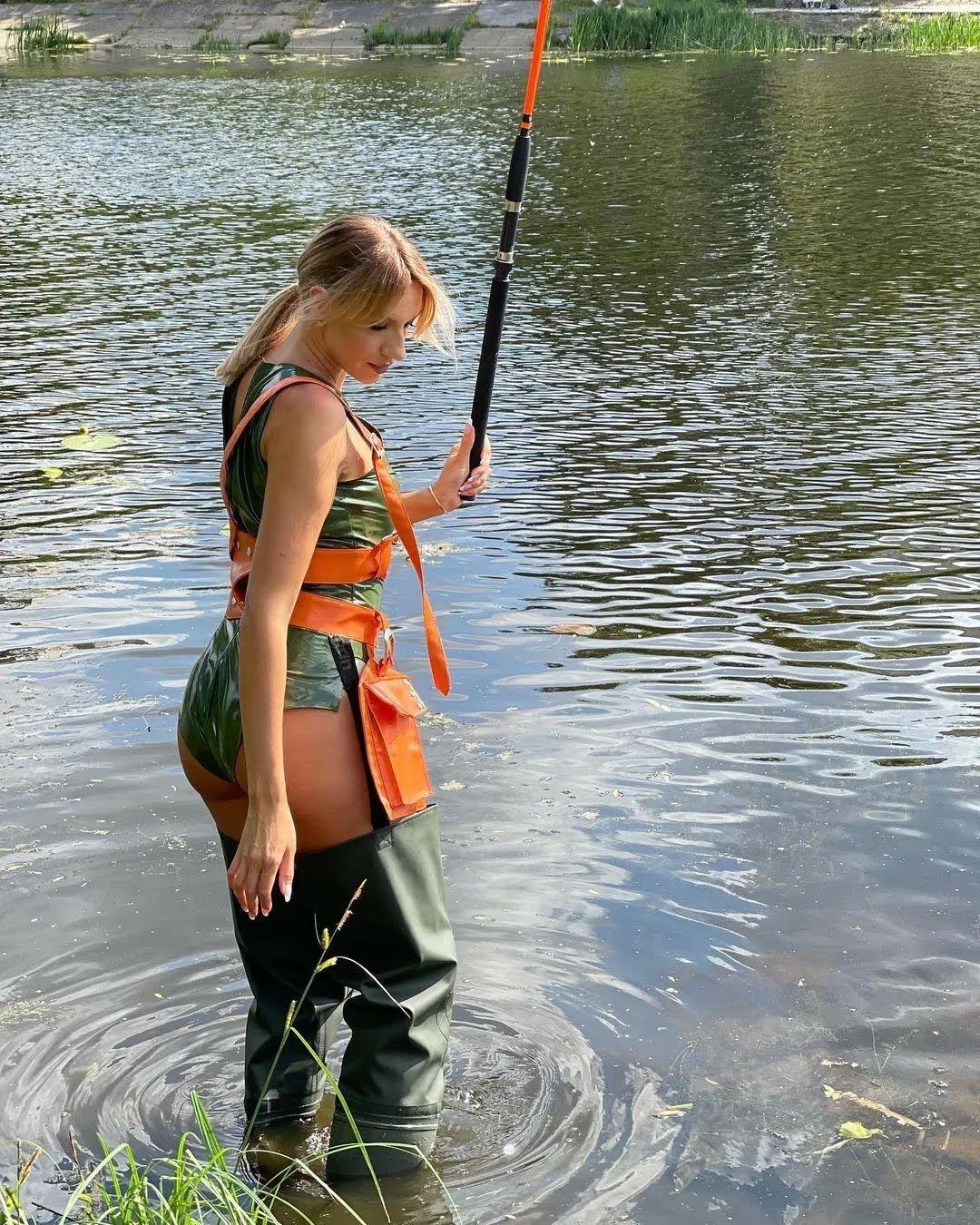 Никитюк позировала в костюме рыбалки