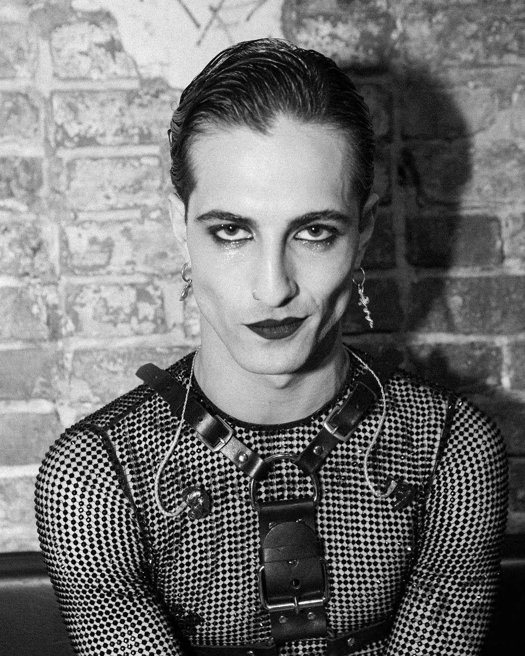 Дамиано Давид с накрашенными губами и в полупрозрачном наряде