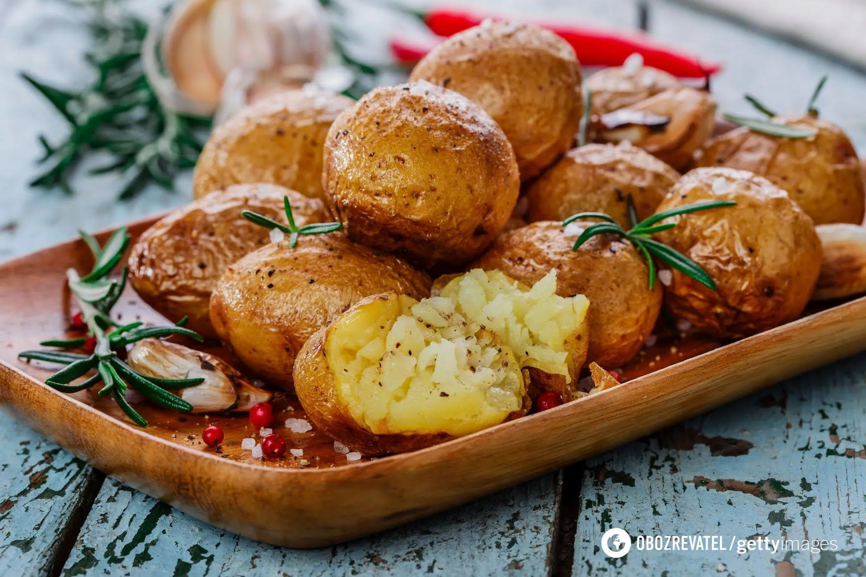 Смачна молода картопля з розмарином і часником