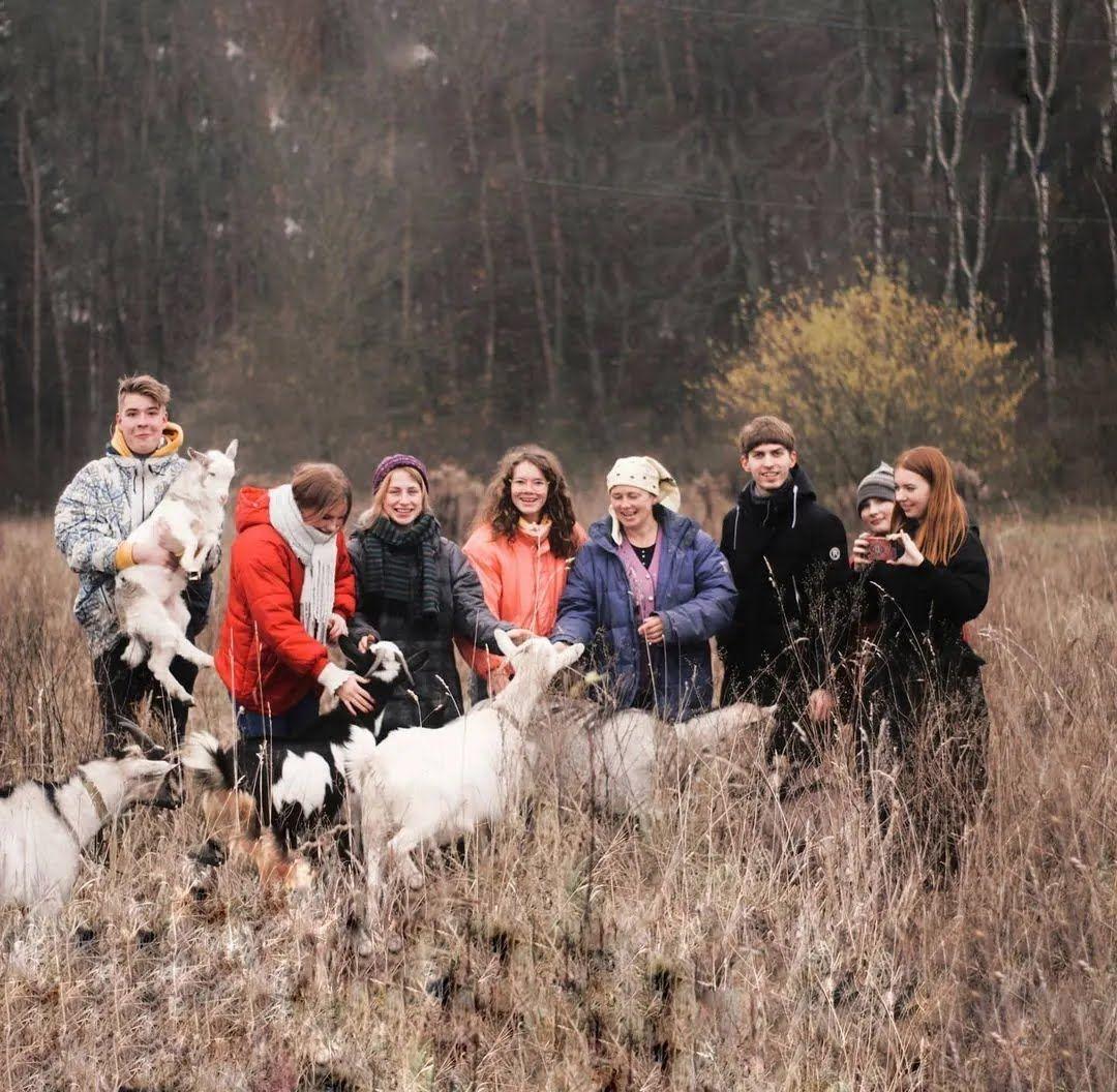 Любов Кобилянська зі студентами, які приїхали до неї в гості